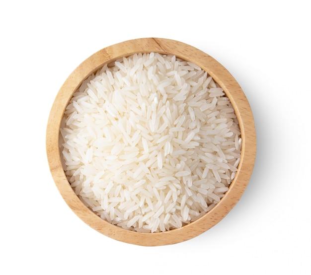 Rijstzaden in houten kom die op witte achtergrond wordt geïsoleerd. bovenaanzicht