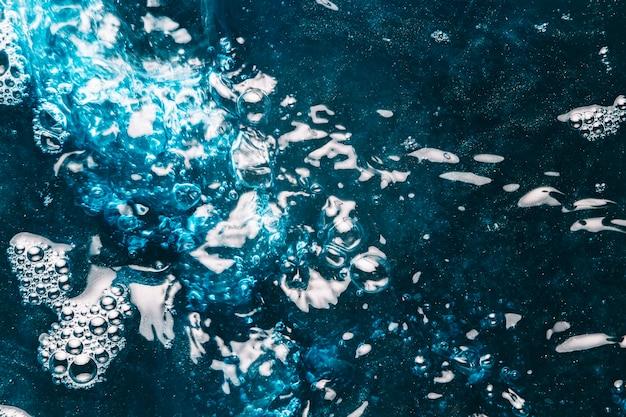 Rimpelingen op donkerblauw water