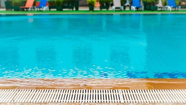 Rimpelwater bij het luxe zwembad