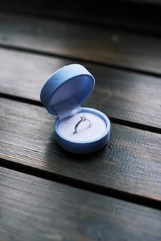 Ring in de doos op houten