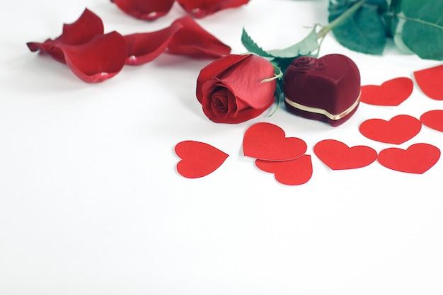 Ring in rode doos met een rode roos op de witte achtergrond