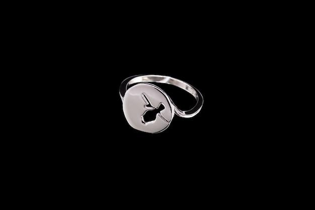 Ring met een patroon op zwarte achtergrond