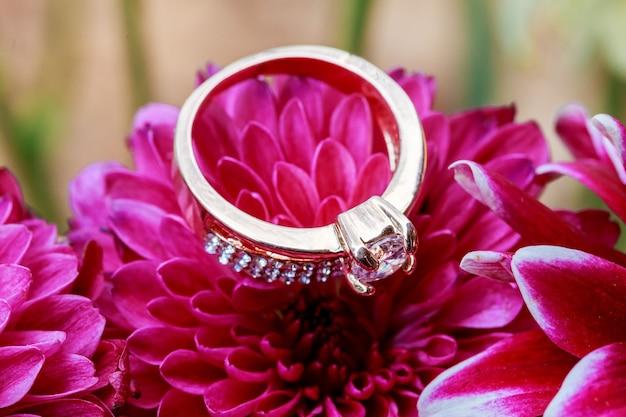 Ring valentijnsdag liefde bloemen diamanten ring binnen rood close-up genomen
