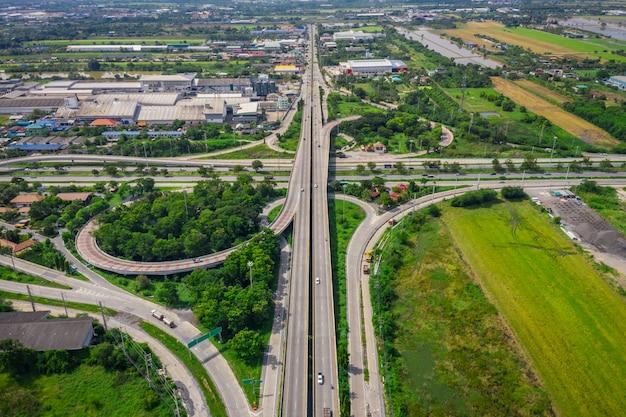 Ringbrug die de stad en snelwegsnelweg verbindt