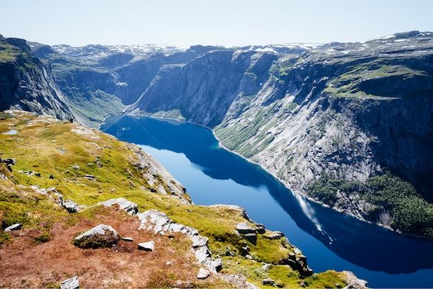 Ringedalsvatnet lake in de buurt van trolltunga, noorwegen