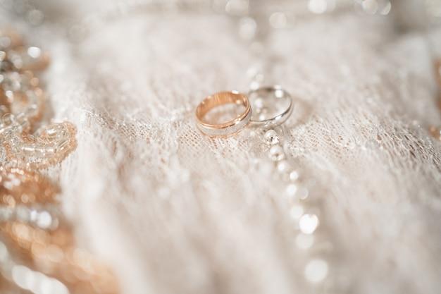 Ringen van de bruid en bruidegom close-up gouden en zilveren ringen trouwringen op een mooie achtergrond m...