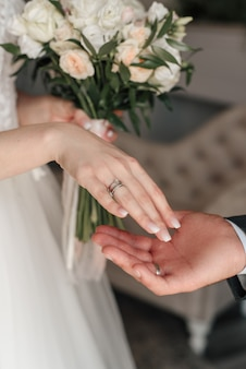 Ringen van de bruid en bruidegom op de achtergrond van het boeket