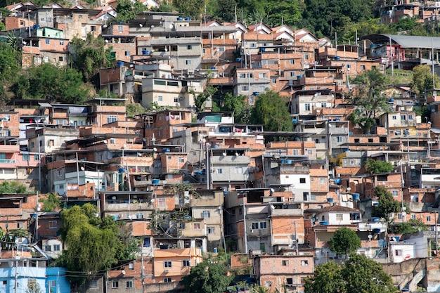 Rio, brazilië - 24 september 2021: stedelijk gebied met sloppenwijken, eenvoudige gebouwen die meestal op de hellingen van de stad worden gebouwd