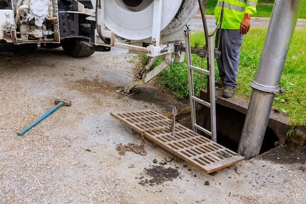 Riolering industriële reinigingswagen reinigen verstopping in een rioolleiding machine van binnenuit.