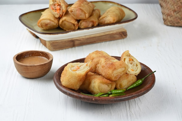 Risol of risoles indonesische traditionele snack is crêperol gevuld met kip of groenten