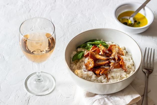 Risotto met champignons. italiaanse keuken. goede voeding. vegetarisch eten.
