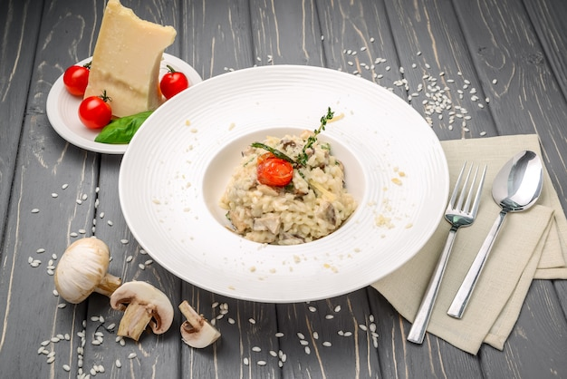 Risotto met champignons, peterselie en parmezaanse kaas