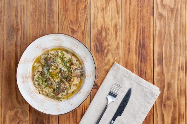 Risotto met champignons, top, houten achtergrond