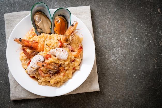 Risotto met garnalen, mosselen, octopus, kokkels en tomaten