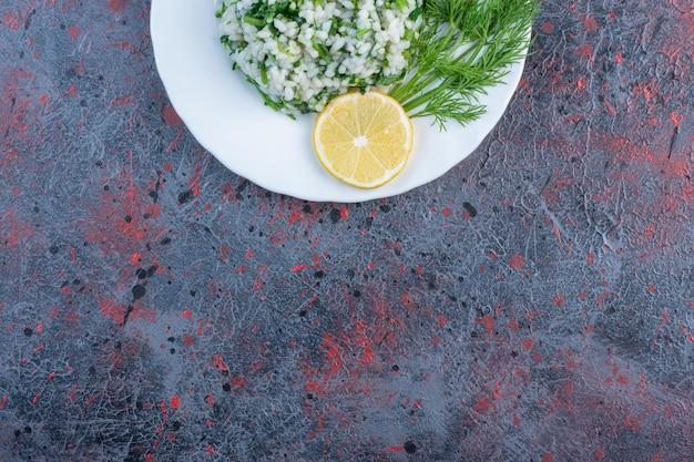 Risotto met kruiden en een schijfje citroen.