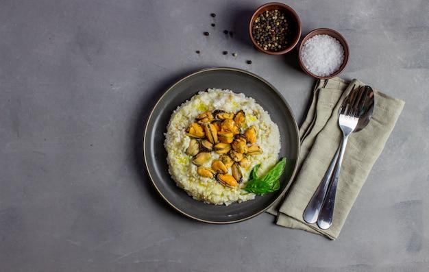 Risotto met mosselen. italiaanse keuken. goede voeding. vegetarisch eten.