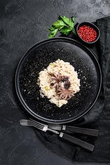 Risotto met octopus en champignons, peterselie en kruiden.