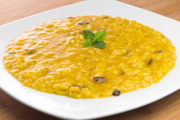 Risotto met saffraan en champignons