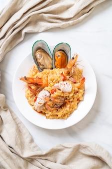 Risotto met zeevruchten (garnalen, mosselen, octopus, kokkels) en tomaten