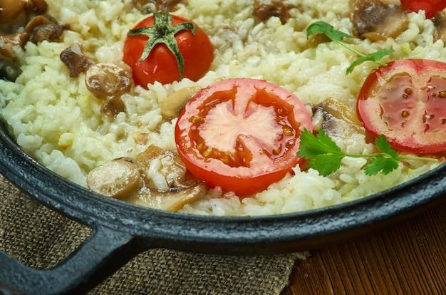 Risotto pizza, italianen koken rijst voor kinderen van alle leeftijden.