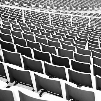 Ritme van stadionstoelen. zwart en wit gemaakt