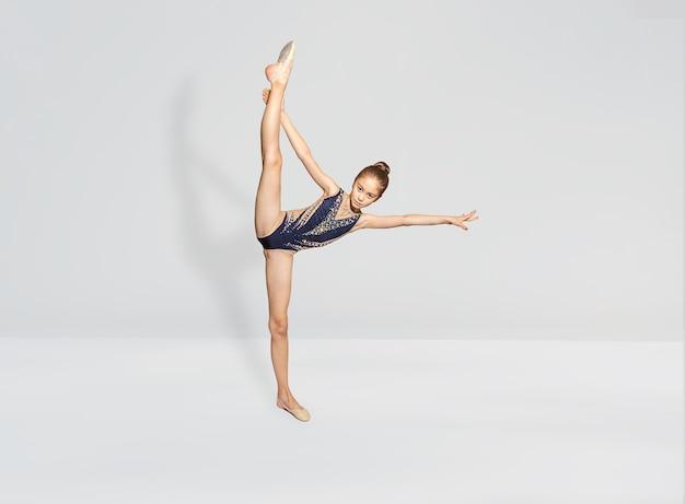 Ritmische gymnast doet verticale splitsing