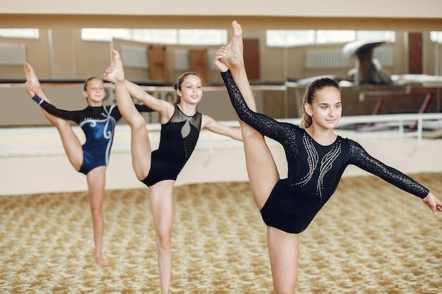 Ritmische gymnastiek. meisjes gymnasten, voert verschillende gymnastische oefeningen uit en springt. kind en sport, een gezonde levensstijl.