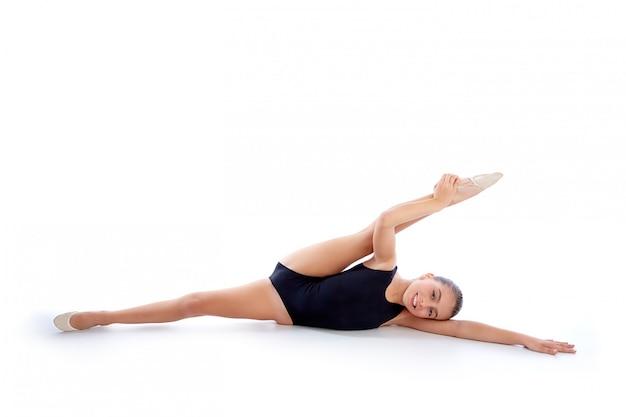 Ritmische gymnastiekoefeningen van het jong geitjemeisje op wit