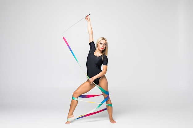 Ritmische turner met geïsoleerde gymnastiekband Gratis Foto