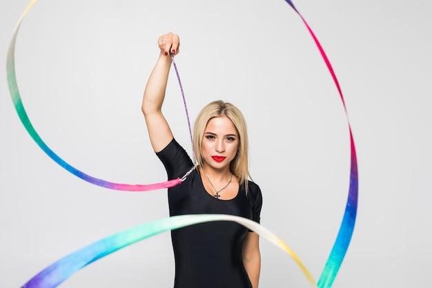 Ritmische turner met geïsoleerde gymnastiekband
