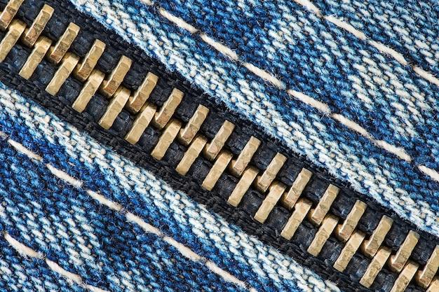 Rits met metalen tanden op close-up macroweergave van denimstof