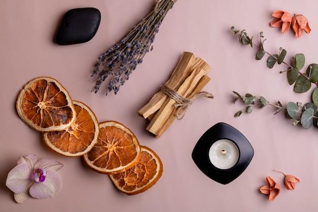 Rituele objecten voor meditatie, ontspanning en aromatherapie palo santo steekt kaars bovenaanzicht