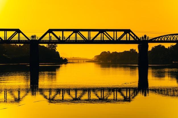 River kwai bridge, dood spoorbrug in kanchanaburi, thailand