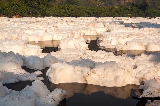 River pollution - suds in tiete rivier in brazilië