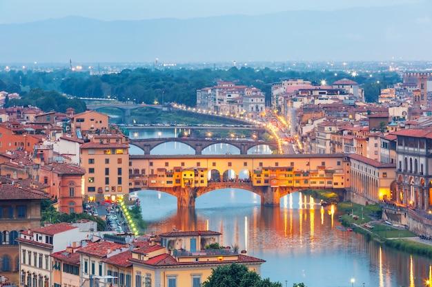 Rivier arno en ponte vecchio in florence, italië