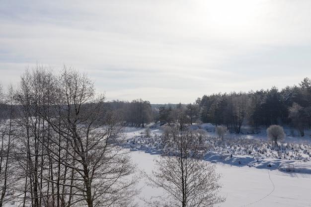 Rivier bedekt met ijs en sneeuw