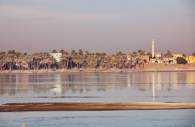 Rivier de nijl dichtbij luxor, egypte, afrika