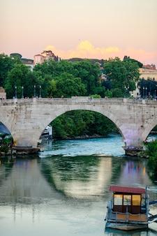 Rivier de tiber in rome, italië