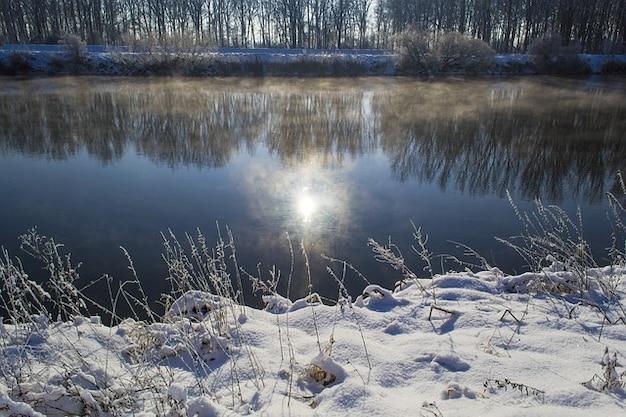 Rivier de winter donau water, zon mist sneeuw mirroring