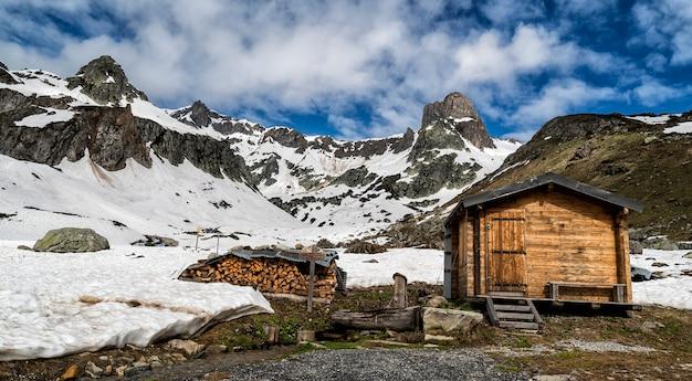 Rivier die door de bergen in de franse alpen stroomt.