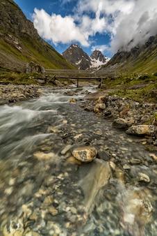 Rivier die met bergen op de achtergrond in de franse alpen stroomt