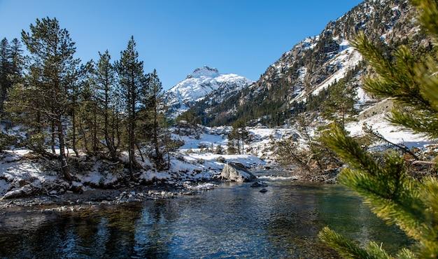 Rivier in de besneeuwde bergen van de pyreneeën, frankrijk