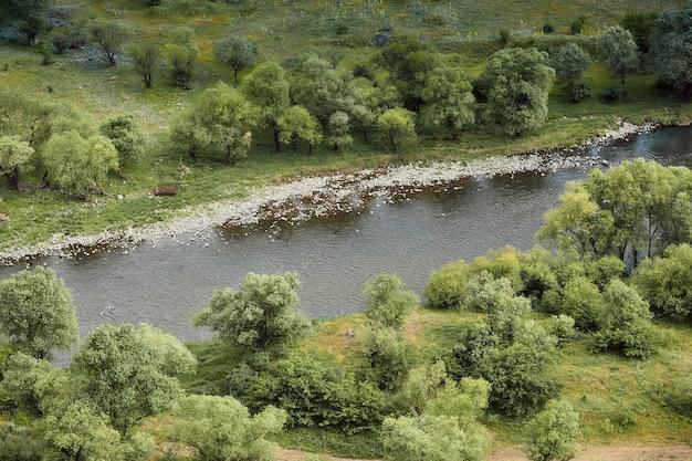 Rivier in de vallei, natuurlijke landschappen in de bergen van georgië