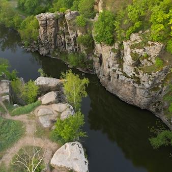 Rivier in een diepe stenen canyon in het dorp buky, regio cherkasy, oekraïne.