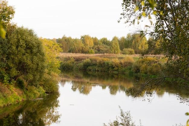 Rivier in het herfstbos. herfst rivierwater.
