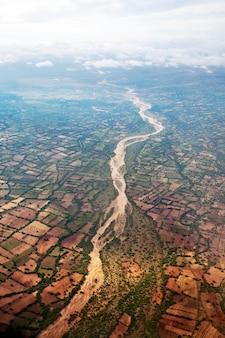 Rivier met uit water in bird-eye view