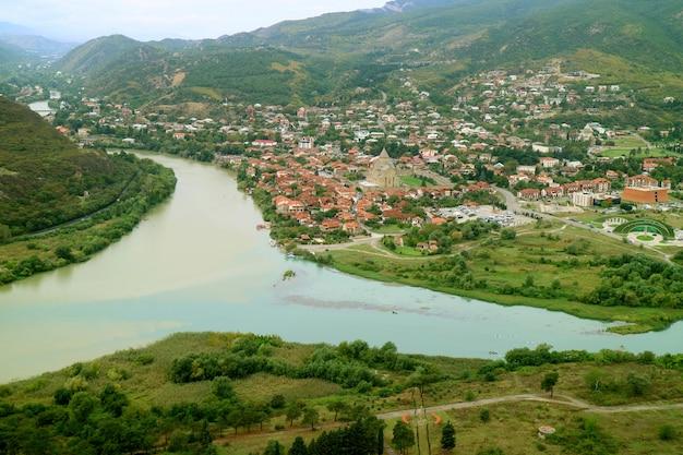 Rivier mtkvari ontmoet rivier aragvi gezien vanaf het jvari-klooster, mtskheta, georgië