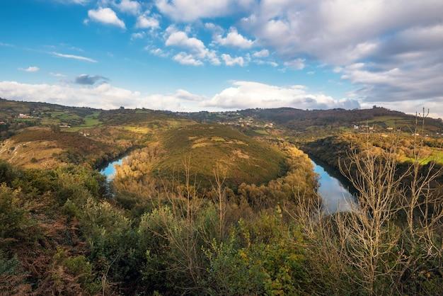 Rivier nora meander in asturië, spanje.