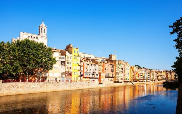 Rivier onyar en pittoreske huizen in girona. catalonië