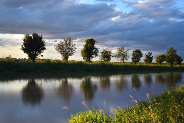 Rivier op het platteland